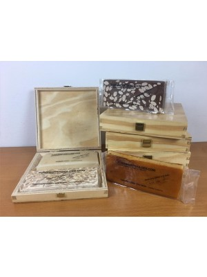 Caja de madera con tapa para 2 turrones (vacía) - Madera Natural de Pino Barnizada - Formato Estuche con visagras doradas